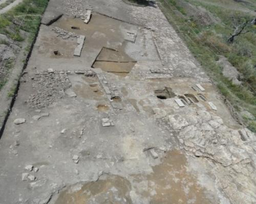 1. Contrada Pagliarone, Castellaneta (Province of Taranto): aerial photograph of the area where postholes belonging to a hut from the Apennine Culture (Italian bronze age) were discovered.